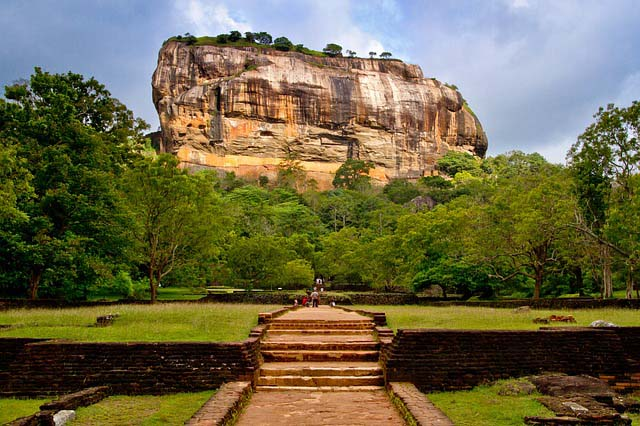 Temple exploring in Sri Lanka - Sigiriya